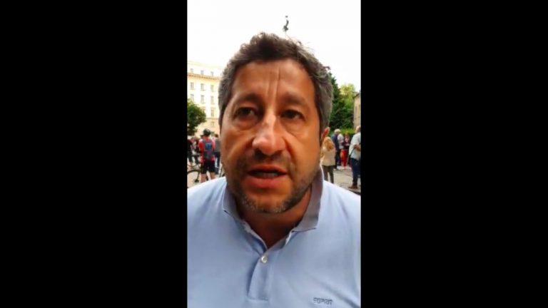 Христо Иванов на площада пред Министерски съвет