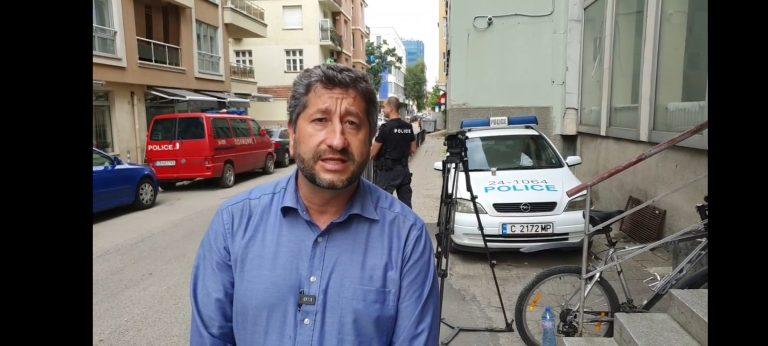 Когато прокуратурата се сезира за петно боя зад рамото на Христо Иванов, но не и за сигнала, подаден от него